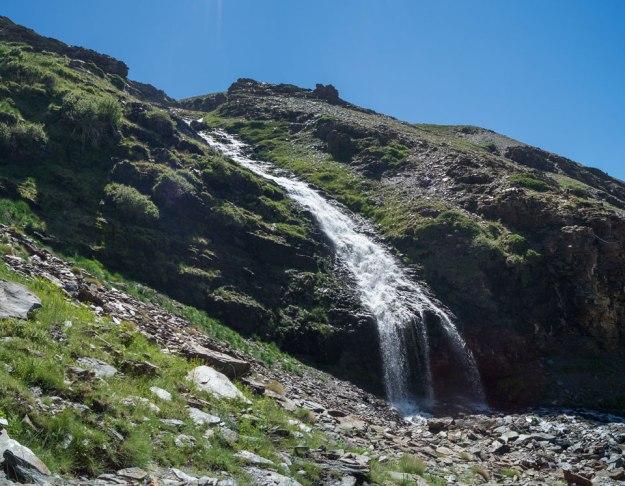 Desde abajo, la cascada tiene un toque noruego, con el Dílar de fiordo, y a escala 1:5.
