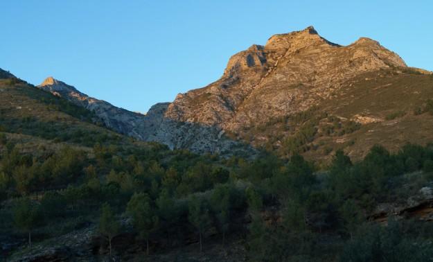 Pasada la Fuente, volvemos ahora por el carril, que cruza el Barranco de la Coladilla aguas arriba y vuelve del otro lado (es el mismo que dejamos a la derecha en el Pinarillo). El último sol enrojece la cumbre del Cerro de la Maceta.