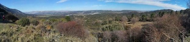 Prácticamente toda la finca del Cornocal está a nuestros pies, e incluso Sierra Nevada se asoma por la derecha para disfrutar del espectáculo.